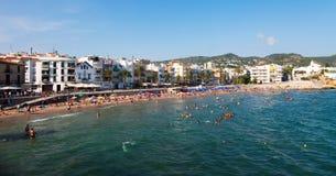 Sommarsikt av den Sitges kusten Royaltyfri Bild