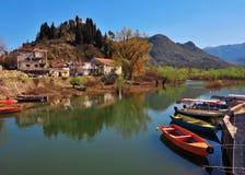 Sommarsikt av den Virpazar staden på Skadar sjön royaltyfri bild