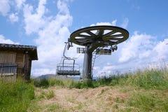 Sommarsikt av en skidliftstation Fotografering för Bildbyråer