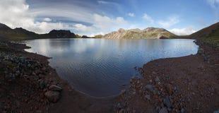Sommarsikt av kratersjön av den aktiva Khangar vulkan på den Kamchatka halvön Royaltyfria Bilder