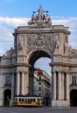 Sommarsikt av Rua Augusta Arch med iconic förbigå för spårvagn royaltyfri foto