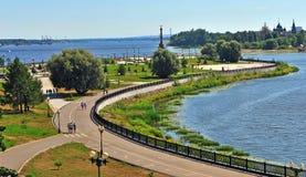 Sommarsikten av den Yaroslavl staden parkerar Arkivfoto