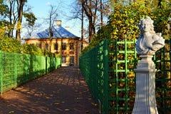 Sommarslotten och marmorbysten i sommar arbeta i trädgården fotografering för bildbyråer