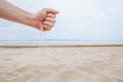 Sommarslut - Tid kör som sand till och med fingrar royaltyfri foto