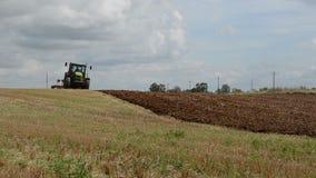 Sommarslutet arbetar i åkerbrukt fält stock video