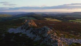 Sommarsolnedgång över den sceniska höglandet i Förenade kungariket lager videofilmer