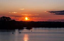 Sommarsolnedgång över floden arkivfoto