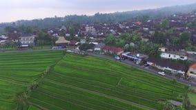Sommarsolnedgång i by på den Bali ön lager videofilmer
