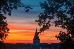 Sommarsolnedgång och härlig himmel ovanför historiska stad- och Jaani kirikSts John kyrka i Tartu, Estland royaltyfri bild