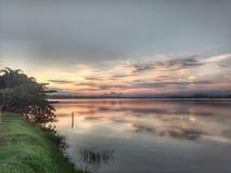 Sommarsolnedgång på Imboassica& x27; s-lagun Arkivbild