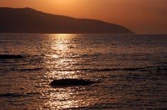 Sommarsolnedgång på kusten Royaltyfri Foto