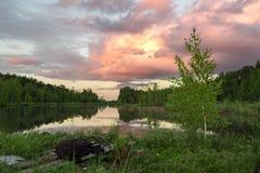 Sommarsolnedgång på sjön Fotografering för Bildbyråer