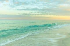 Sommarsolnedgång på stranden Arkivbild