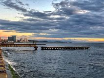 Sommarsolnedgång vid havet royaltyfri foto