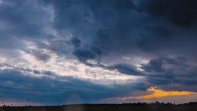 Sommarsolnedgångafton ovanför för vetefält för bygd lantligt landskap Scenisk dramatisk himmel med regnmoln på horisont arkivfilmer