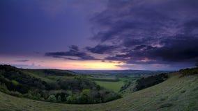Sommarsolnedgången över den Meon dalen in mot Beacon Hill och den gamla Winchester kullen, söder besegrar nationalparken royaltyfri bild