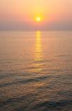 Sommarsoluppgång över Blacket Sea Arkivfoto