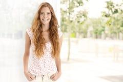 Sommarstående av den lyckliga ljust rödbrun kvinnan Arkivbild