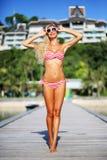 Sommarstående av den nätta unga blonda kvinnan i röd bikini Arkivfoto