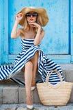 Sommarstående av en kvinna i en sugrörhatt Royaltyfri Fotografi