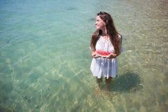Sommarstående av mode av den överraskande sunda sexiga kvinnan som poserar för det blåa havet på den tropiska varma exotiska ön,  arkivbild