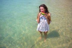 Sommarstående av mode av den överraskande sunda sexiga kvinnan som poserar för det blåa havet på den tropiska varma exotiska ön,  arkivbilder