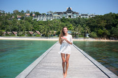 Sommarstående av mode av den överraskande sunda sexiga kvinnan som poserar för det blåa havet på den tropiska varma exotiska ön,  royaltyfri bild