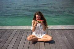Sommarstående av mode av den överraskande sunda sexiga kvinnan som poserar för det blåa havet på den tropiska varma exotiska ön,  fotografering för bildbyråer