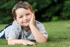 Sommarstående av unga barnet arkivfoton