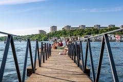 Sommarstad, folk som badar och kopplar av Arkivfoto