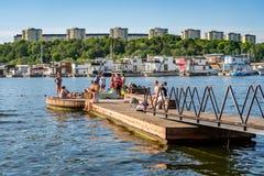 Sommarstad, folk som badar och kopplar av Royaltyfri Bild