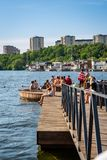 Sommarstad, folk som badar och kopplar av på en strandpromenad Royaltyfri Bild