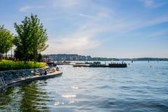 Sommarstadsgångbana vid vattnet med att bada för folk Royaltyfria Bilder