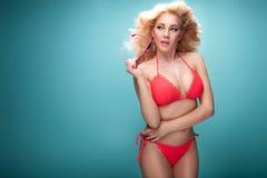 Sommarstilfoto av den unga blonda flickan i bikini Arkivfoto