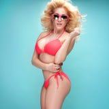 Sommarstilfoto av den unga blonda flickan i bikini Royaltyfri Bild