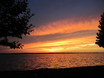 Sommarstormsolnedgång över den Grosse ön Michigan Royaltyfria Bilder