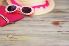 Sommarstrand Holliday Concept Straw Female Hat och solglasögon på en ljus träbakgrund Selektivt fokusera kopiera avstånd royaltyfri bild
