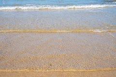 Sommarstrand med havssikt och sander fr?n den tropiska stranden fotografering för bildbyråer
