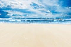 Sommarstrand och hav under solig blå himmel Arkivfoto
