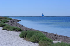 Sommarstrand och yacht Arkivfoto
