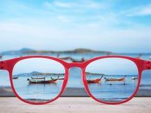 Sommarstrand som fokuseras i röda exponeringsglaslinser royaltyfria bilder