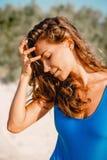 Sommarstrandbegrepp Stående av den härliga kvinnan i bikini på den tropiska vita sandstranden Royaltyfri Fotografi