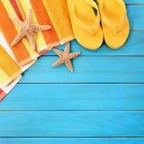 Sommarstrandobjekt gränsar, flipmisslyckanden, blå wood bakgrund för sjöstjärna Royaltyfri Bild