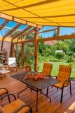 Sommarterrass och trädgård Arkivbild