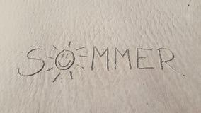 Sommartextmeddelande i sand arkivfoto