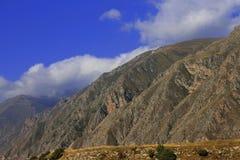 Sommartid för Kaukasus berg. Loppet för kanjon Adyl-Su Arkivbilder