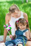 sommartid för lycklig moder för dotter utomhus- Royaltyfri Foto