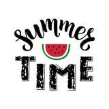 Sommartid - handskriven bokstäver för borste med stycket av den röda vattenmelon vektor illustrationer