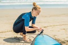 Sommartid och aktiv vilar begrepp Ung surfarekvinnanybörjare royaltyfria bilder