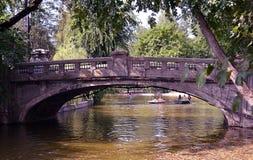 Sommartid: rodd på bron i Cismigiu parkerar, Bucharest, R Royaltyfri Fotografi